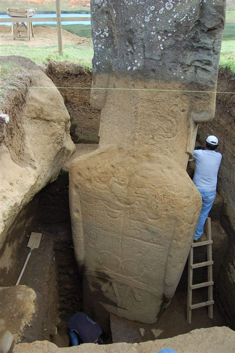 Full unearthed statue of Easter Island head : pics